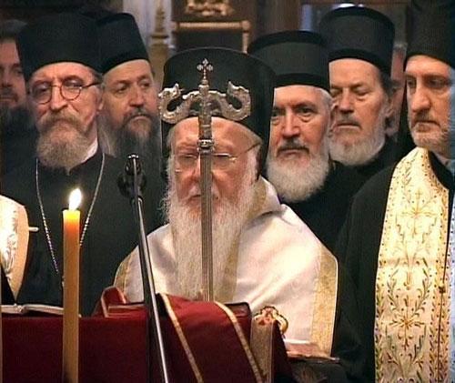 Архипастири у Саборној Цркви- са лијеве стране о. Петар Лукић