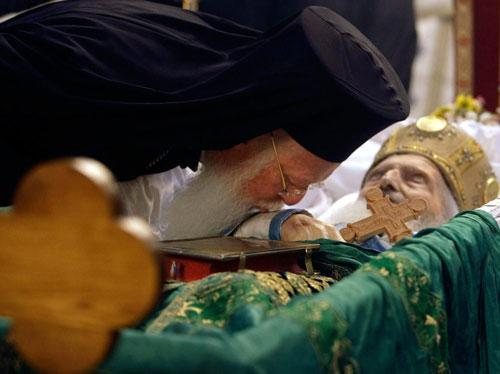 Васељенски патријарх Вартоломеј цјелива Свету Десницу...