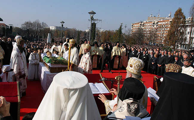 о. Неђељко Јањић у позадини, из далеког Дизелдорфа дошао у Београд да испрати нашег Светог патријарха