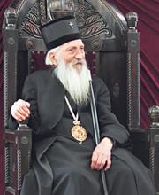 сам себи ушивао мантију, поткивао ципелице скромне...наш Свети патријарх Павле